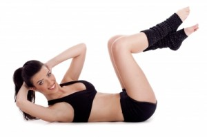 "Sit-ups können auch mit angewinkelten Beinen ausgeführt werden."" src=""http://www.fitness-workout.net/wp-content/uploads/2014/01/Fitness-Instructor-Doing-Situp-Exercise-And-Turning"